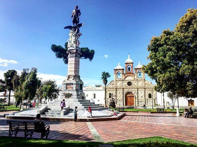 🔝 📷:@sorayariverag | La Caredral y Pedro Vicente Maldonado ⛲️ #Riobamba #Catedral #ParqueMaldonado #Ecuador #AllYouNeedIsEcuador