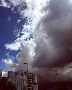 🔝 📷:@naticartolini | Y este es #Quito, la linda #ciudad donde vivo. A la derecha llueve, pero a la izquierda no :v Todo a 2.800m.s.n.m ☺️ #sky #clouds #weather #Ecuador #clima #skyblue #storm #building #citta