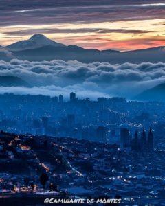Quito, Ecuador Foto Destacada por: @caminante.de.montes | Quito amaneciendo con el Cayambe. Ecuador.  #quito #quitocity #quit…