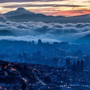 Quito, Ecuador Foto Destacada por: @caminante.de.montes | Quito amaneciendo con el Cayambe. Ecuador.  #quito #quitocity #quit...