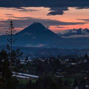 Foto Destacada por: @cmedinan | Volcanes Tungurahua y Altar, vistos desde el bypass de Latacunga. ...