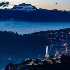 Cerro Panecillo Foto Destacada por: @caminante.de.montes | El Yavirac y el Antisana al amanecer. Quito, Ecuador. #quito #quit...