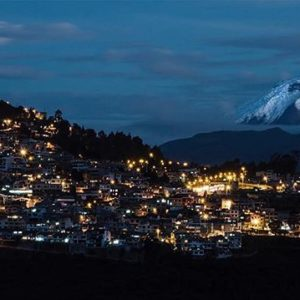 QUITO CON VISTA DEL COTOPAXI  By: @daniel_zeta96  #Quito #
