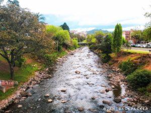 Tomebamba River 🏞 . . O nome Tomebamba, vem do Kichwa Tumipamba, onde pamba significa campo e Tumi é
