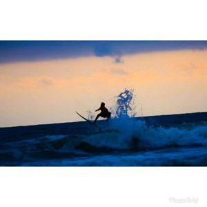 Surfer en el atardecer de Olón #olon #allyouneedisecuador #surfer #sunset #atardecer