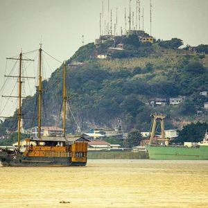 El Morgan navegando por el río Guayas frente a Durán  #morgan #barcomorgan  #rioguaya