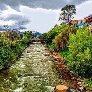 """Cuenca, Ecuador  En la imagen, el río Tomebamba a su paso por la pintoresca zona de """"El Barranco"""". Es"""