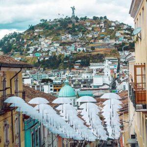 Sombrillas que son parte de la Fiesta de la Luz en el centro de Quito, al fondo e...